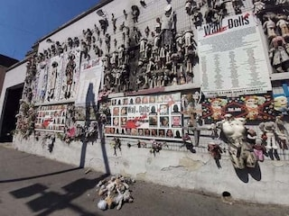 Milano, incendiato il Wall of dolls, muro delle bambole contro la violenza sulle donne