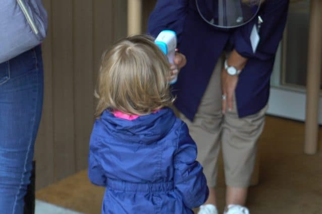 Insegnanti misurano la febbre in entrata ai bambini (foto Fanpage.it)