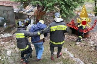 Maltempo, due anziani salvati dai vigili del fuoco: erano in trappola tra fango e detriti
