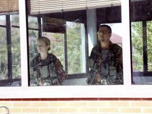 Militari di guardia nel cpr di via Corelli (foto LaPresse)