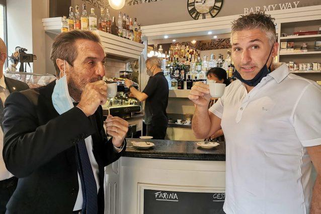 Il presidente della Lombardia Attilio Fontana con il paziente uno Mattia Maestri