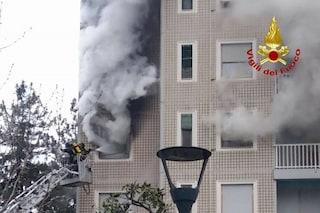 Milano, incendio in appartamento di via Rasori: famiglie sul tetto con bambini, tra cui una neonata