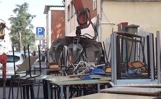 """Vecchi banchi singoli mandati al macero, scatta la protesta a Cremona: """"È uno spreco"""""""