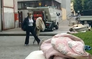 """Como, strappa la coperta a un senzatetto, l'assessore si difende: """"Su di me fango non giustificato"""""""