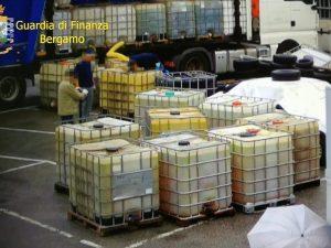 Parte della benzina sequestrata dalla guardia di finanza (Gdf Bergamo)