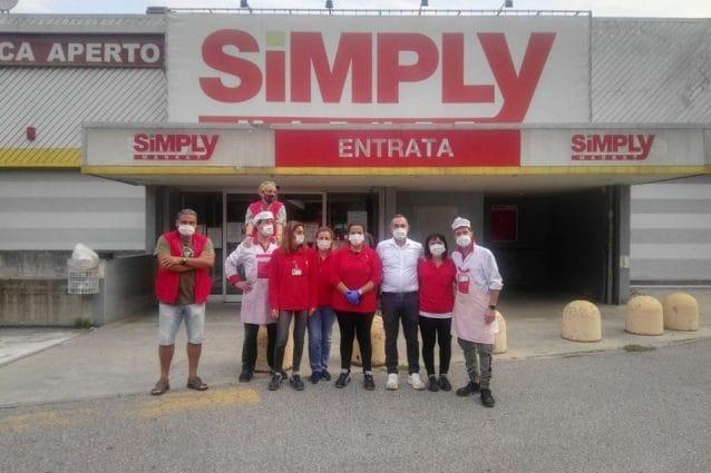 Alcuni lavoratori del supermercato Simply di via della Ferrera a Milano