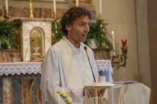 """Como, folla in Duomo per don Roberto Malgesini, il """"martire della carità"""" ucciso da chi aiutava"""