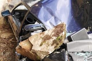 Frana a Bema, pioggia di massi su un'automobile: carabiniere di passaggio salva il conducente