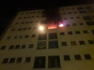 Incendio in una casa popolare a Milano: uomo morto carbonizzato