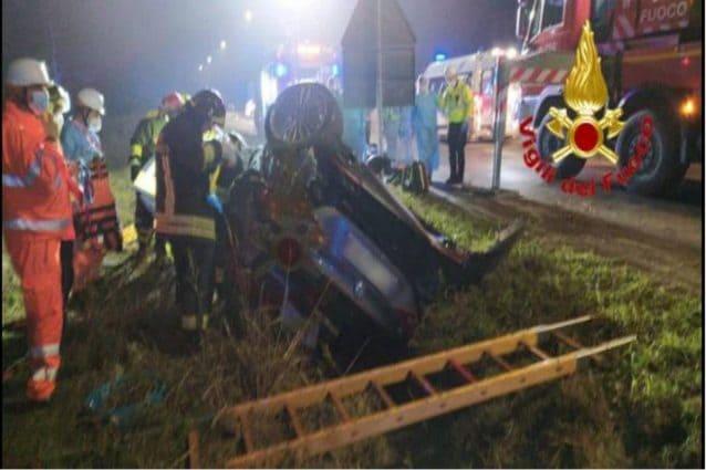 L'auto ribaltata a seguito dell'incidente a Inverno e Monteleone (Pavia)