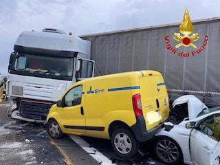 Incidente a Milano sull'autostrada A4, schianto tra auto, tir e furgone: traffico in tilt