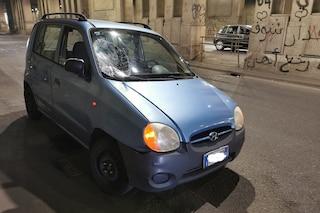 Milano, incidente con un monopattino elettrico: conducente sfonda il parabrezza di un'auto, è grave