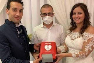 """Bergamo, un defibrillatore alla Croce Blu al posto delle bomboniere: """"Un aiuto a chi ne ha bisogno"""""""