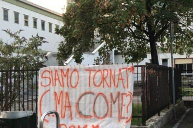 (Uno degli striscioni appesi da Rete studenti davanti una scuola di Milano)