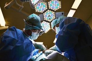 Tre trapianti di rene in contemporanea al Policlinico di Milano: marito dona l'organo alla moglie