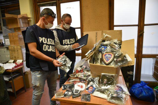 Le mascherine sequestrate (Foto: Polizia locale)