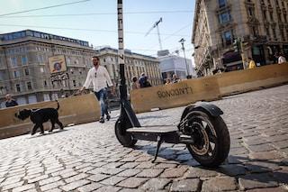 A Milano è guerra alla sosta selvaggia di monopattini e biciclette: parte il servizio di rimozione