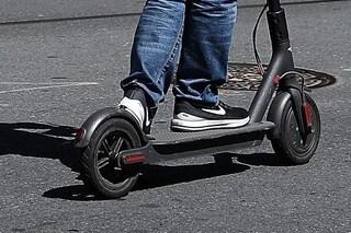 Mariano Comense, ragazzo di 17 anni sul monopattino elettrico investito da un'auto: è grave