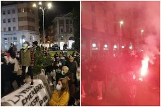 Varese, folla in piazza contro il coprifuoco: fumogeni, canti e slogan anti governo