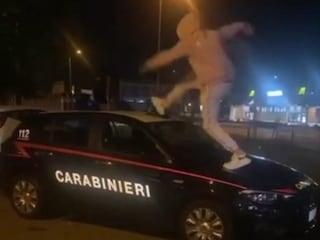 """Cinisello Balsamo, le scuse del trapper dopo il salto sulla volante dei carabinieri: """"Una bravata"""""""