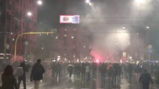 Milano, proteste contro le norme anti Covid: molotov e petardi in corso Buenos Aires