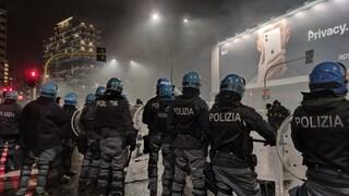 """Scontri a Milano, lacrimogeni sparati contro i manifestanti, un poliziotto: """"Ammazziamoli col fumo"""""""