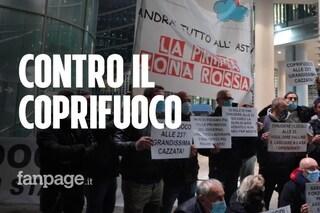 """Milano, negazionisti e no mask protestano contro il coprifuoco: """"Il Covid non esiste"""""""