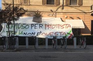 """Cremona, """"L'Italia non è questa"""": striscione del bar che chiude per protesta dopo sanzioni vigili"""