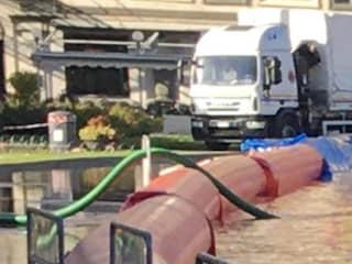 Como, cedono le dighe gonfiabili: piazza Cavour invasa dall'acqua del lago