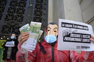 Milano, mascherati come nella serie tv La Casa di Carta: attivisti davanti alla Banca d'Italia