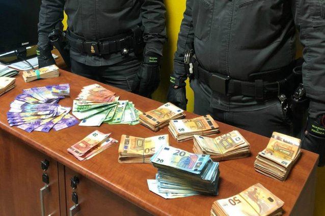 I soldi e i franchi trovati nel cruscotto della macchina (Fonte: Guardia di finanza Como)