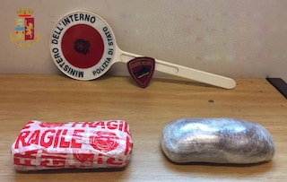Milano, ha un chilo di eroina in tasca: scavalca tornelli e tenta la fuga tra i binari della metro