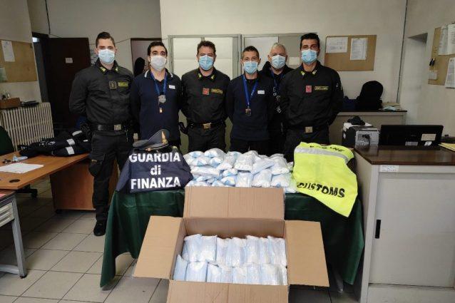 Le mascherine sequestrate (Foto: Gdf)