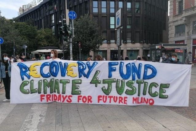 Alcuni ragazzi dei Friday's For Future che manifestano a Milano