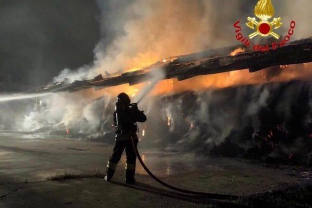 Un incendio che ha interessato un fienile a Vernate (Foto: Vigili del fuoco)