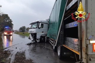 Milano, incidente frontale tra auto e camion a causa del maltempo: due feriti