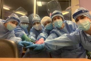 """Milano, la foto delle infermiere del Niguarda di nuovo alle prese col Covid: """"L'unione fa la forza"""""""