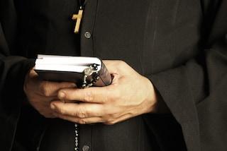 Milano, in una lettera accusa il prete di averla violentata da piccola: la curia apre indagine