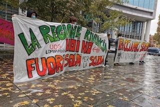 """Milano, sit-in sotto Palazzo della Regione di studenti e docenti: """"Fuori i soldi per la scuola"""""""