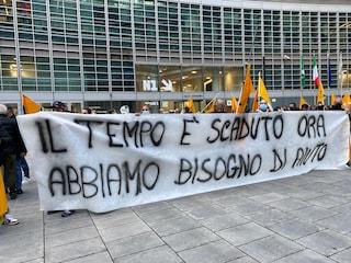 """""""Abbiamo bisogno di aiuto"""": la protesta di cento ambulanti davanti a Regione Lombardia"""