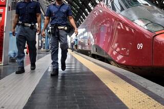 Senza mascherina in stazione a Varese: minaccia i poliziotti con una pietra e distrugge gli uffici