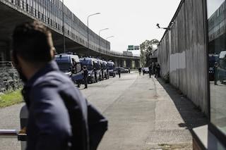 Milano, protesta nel centro di via Corelli: interviene la polizia, feriti due migranti