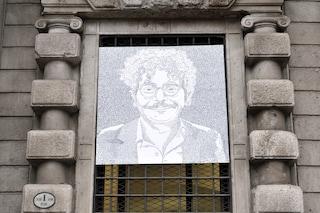 """""""Un ritratto di parole dedicato a Patrick Zaki"""", l'opera affissa sulla finestra del Comune di Milano"""
