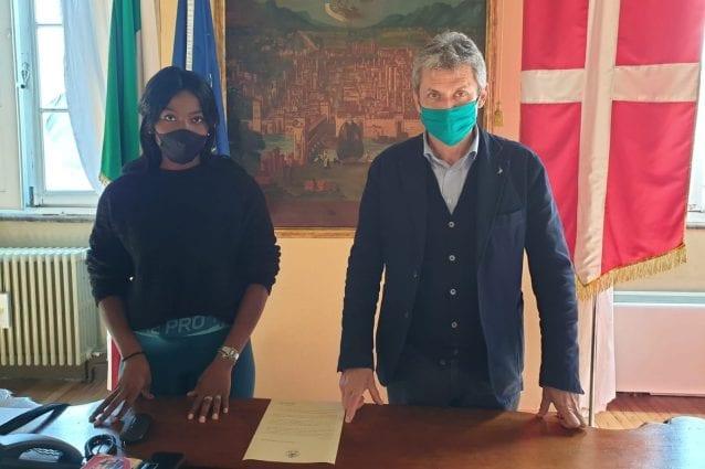 L'atleta Danielle Madam e il sindaco di Pavia Fabrizio Fracassi (Fonte: Facebook)