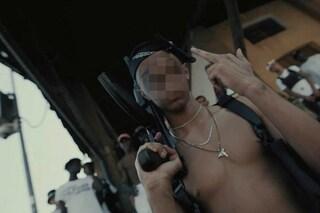 Lecco, armi e droga nel video trap da milioni di visualizzazioni: denunciato trapper Baby Gang