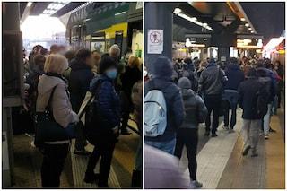 """Protesta dei pendolari della linea Milano-Gallarate: """"Treno fermo e passeggeri ammassati"""""""