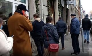 """Code davanti ai negozi a Milano, Zampa: """"Sconcertante non capire la gravità della situazione"""""""