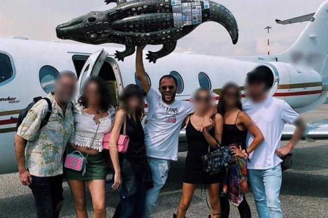 Alberto Genovese con alcuni amici (foto Facebook)