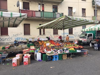 Milano, vendevano frutta e verdura abusivamente: 800 chili di merce donati in beneficenza