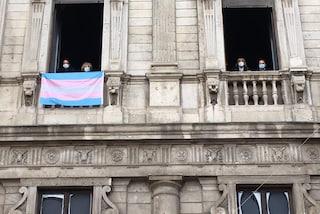 """Palazzo Marino, la bandiera trans per ricordare le vittime di transfobia: """"Milano città dei diritti"""""""